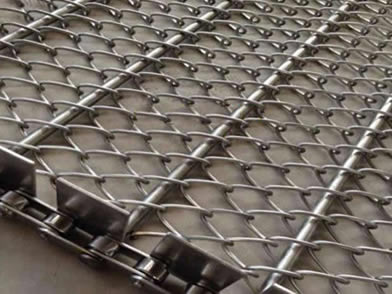 Side Guards are added onto the chain link conveyor belt.