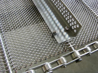 Baffles are added onto chain link conveyor belt by bolts and nuts.