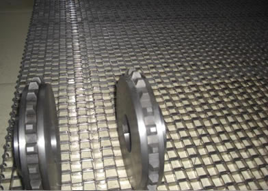Two sprocket wheels are placed on the flat wire belt.